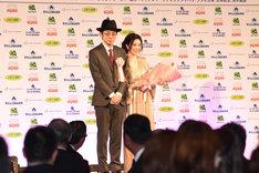 田中麗奈(右)と宮藤官九郎(左)。