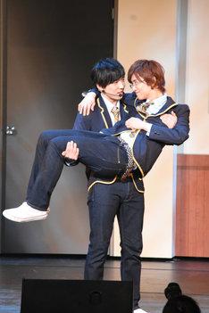 即興の芝居パートにて。正木郁をお姫様抱っこする石賀和輝。