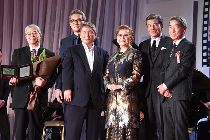左からプロデューサーの森昌行、松重豊、北野武、石原まき子、舘ひろし、村川透。