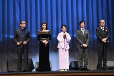 左から滝田洋二郎、篠原涼子、吉永小百合、堺雅人、岸部一徳。