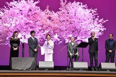 「北の桜守」完成披露試写会の様子。左から篠原涼子、堺雅人、吉永小百合、小椋佳、岸部一徳、滝田洋二郎。