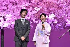 左から堺雅人、吉永小百合。