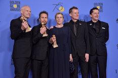 第75回ゴールデングローブ賞授賞式にて、マーティン・マクドナー(左端)、サム・ロックウェル(左から2番目)、フランシス・マクドーマンド(中央)。(写真提供:Sthanlee Mirador / Sipa USA / Newscom / ゼータ イメージ)