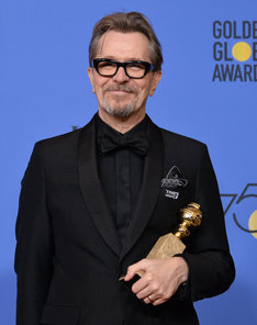 第75回ゴールデングローブ賞授賞式に出席したゲイリー・オールドマン。(写真提供:JIM RUYMEN / UPI / Newscom / ゼータ イメージ)