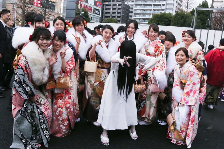 新成人に囲まれた貞子(中央)。