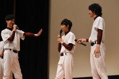 須賀健太(中央)に「ちょっと待って!」と言う山本涼介(左)。