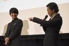 """「お前を""""邪""""にするために用意された女……」と、劇中のセリフを再現する中村達也(右)。"""