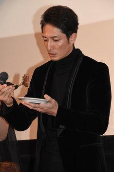 ステーキを食べる玉木宏。