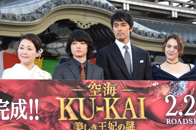 左から松坂慶子、染谷将太、阿部寛、チャン・ロンロン。