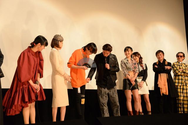 三浦涼介(中央左)の衣装を、武田航平(中央右)がめくろうとする様子。