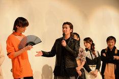 三浦涼介(左)を褒めたたえる武田航平(中央)。