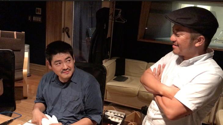 劇中歌「もっともかわいいマーダーはサニー」収録時のメイキングカット。左から沖田修一、白石和彌。