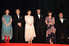 「今夜、ロマンス劇場で」ジャパンプレミアのレッドカーペットイベントにて、左から石橋杏奈、中尾明慶、綾瀬はるか、坂口健太郎、本田翼、武内英樹。