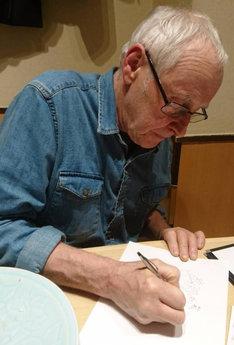 イラストを描くギリーズ・マッキノン。