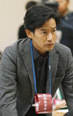 「ミッドナイト・ジャーナル 消えた誘拐犯を追え!七年目の真実」より、竹野内豊演じる関口豪太郎。