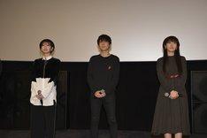 左から井上麻里奈、梶裕貴、石川由依。