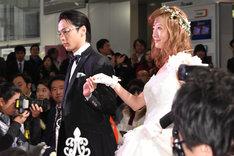 レッドカーペットを歩く中村倫也(左)と松本まりか(右)。