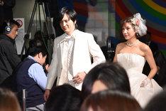 レッドカーペットを歩く塚本高史(左)と仲里依紗(右)。