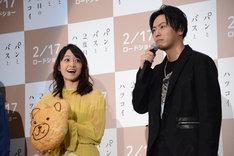 """デコレーションを施した特大バージョンの""""くまさんパン""""を持つ深川麻衣(ひ左)と、山下健二郎(右)。"""