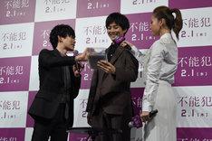 松坂桃李(中央)に緑色のペンをオススメするDaiGo(左)と、松坂のマイクを持つ沢尻エリカ(右)。