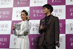 松坂桃李(右)と同じく、緑色のペンを選んだ沢尻エリカ(左)。