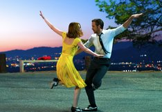 「ラ・ラ・ランド」 (c) 2017 Summit Entertainment, LLC. All Rights Reserved. Photo credit: EW0001: Sebastian (Ryan Gosling) and Mia (Emma Stone) in LA LA LAND. Photo courtesy of Lionsgate.