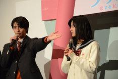 小瀧望を「先輩」と紹介する高杉真宙(左)。