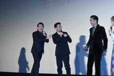 キャストを発表しようとするHIRO(中央)と、それを止める別所哲也(左)。
