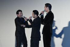 第2弾のキャストを発表しようとするHIRO(中央)と、それを止める別所哲也(左)。