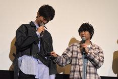 山本涼介(左)のGジャンに「ちょっと待て!」とツッコむ須賀健太(右)。