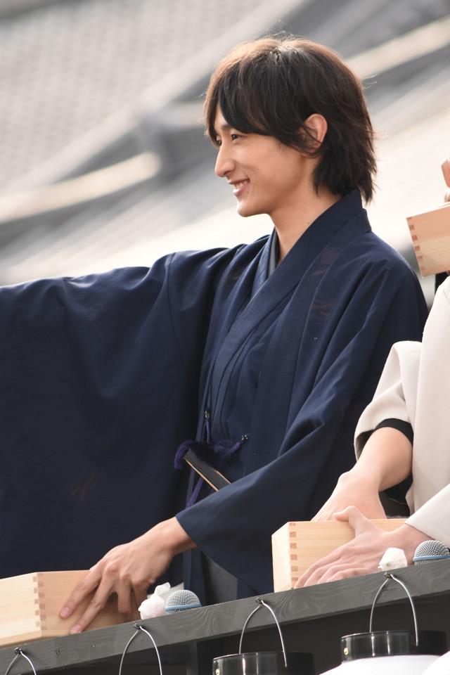 ファンへおひねりの飴を配る小関裕太。