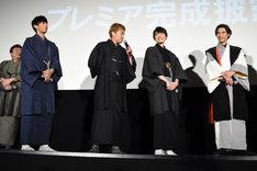 中山優馬に選ばれ、喜ぶ大東駿介(左から3番目)。