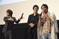 「劇団EXILEー!!」と強引に絡む貴水博之(左)と、困惑する小野塚勇人(右)。