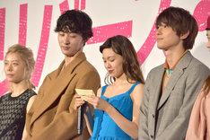 岡崎京子からのメッセージを読み上げる二階堂ふみ(中央右)。