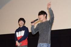 ノリノリで挨拶する五十嵐雅(右)と、その様子を見つめる寺島惇太(左)。