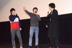 武内駿輔(右)への大歓声に、「みんなアレクの女だな!」と叫ぶ五十嵐雅(中央)。