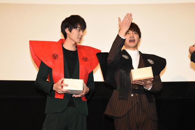 豆まきをする松本享恭(左)と瀬戸利樹(右)。