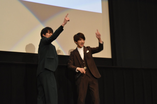 """""""バーン""""する松本享恭(左)と瀬戸利樹(右)。"""
