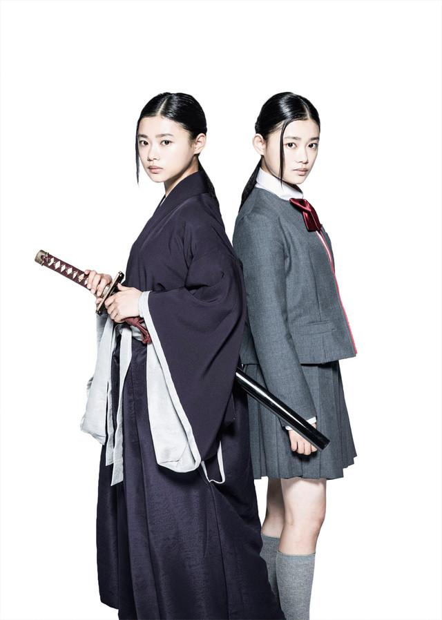 杉咲花演じるルキアの死神姿(左)と女子高校生姿(右)。