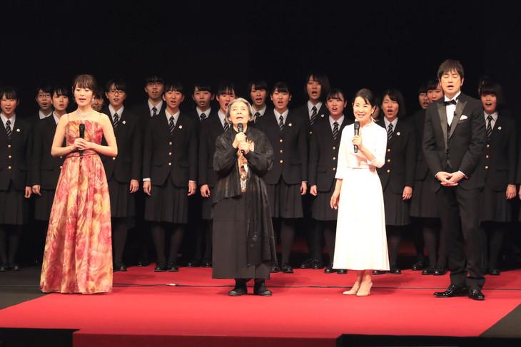 「北海道150年キックオフ特別イベント・キタデミー賞」の様子。樹木希林(中央左)と吉永小百合(中央右)。