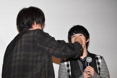 天野浩成(左)にケーキを食べさせてもらう渡邉剣(右)。