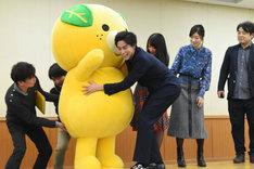 みきゃんがステージに上がるのを手伝う佐野岳(前列右)。