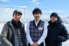 「愛しのアイリーン」撮影現場にて、左から吉田恵輔、安田顕、新井英樹。
