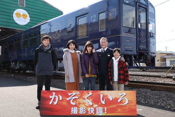 「かぞくいろ」マスコミ合同インタビューの様子。左から吉田康弘、桜庭ななみ、有村架純、國村隼、歸山竜成。