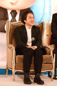 大きな椅子に腰掛けるムロツヨシ。