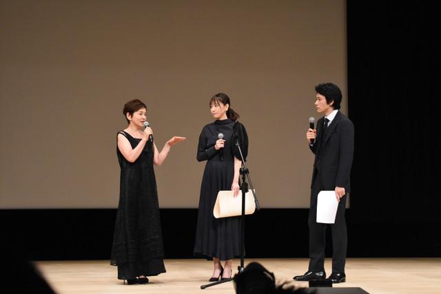 左から大竹しのぶ、新垣結衣、松山ケンイチ。