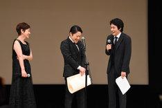 左から大竹しのぶ、阿部サダヲ、松山ケンイチ。