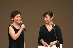 左から大竹しのぶ、斉藤由貴。