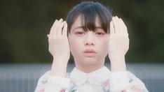 「Ref:rain」ミュージックビデオより、桜田ひより。