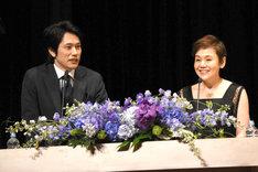 司会を務めた松山ケンイチ(左)と大竹しのぶ(右)。